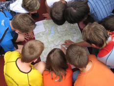 Kinder mit Karte