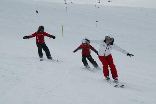 Skilehrer mit Kindern